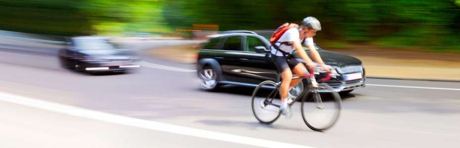 1080x675xCiclista-en-carretera-con-coches-930x300.jpg.pagespeed.ic_.eakuIreB2o