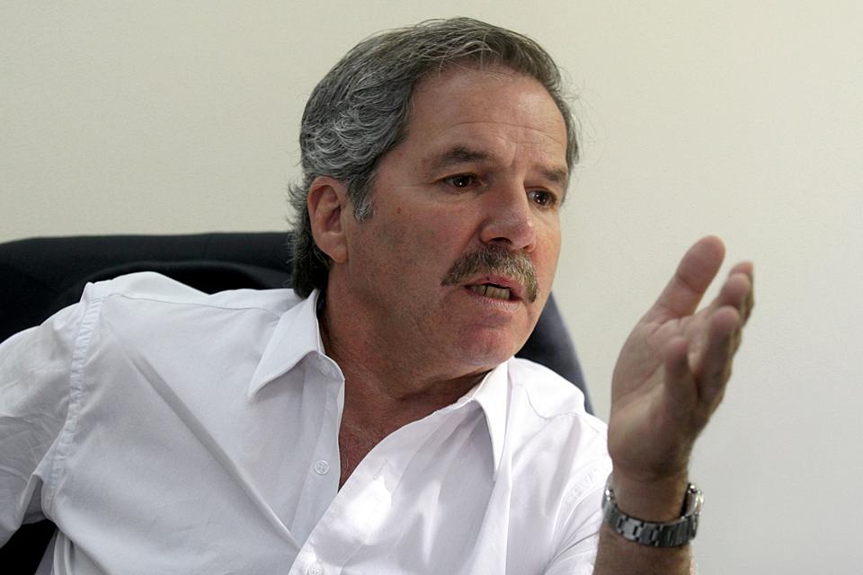 """DYN26, BUENOS AIRES 16/10/09,  EL DIPUTADO ELECTO POR UNION-PRO Y EVENTUAL CANDIDATO PRESIDENCIAL FELIPE SOLA, ADMITIO HOY QUE EL VICEPRESIDENTE RADICAL, JULIO COBOS, LIDERA HOY LAS ENCUESTAS DE CARA A LA SUCESION PRESIDENCIAL EN 2011, CONSIDERO A MAURICIO MACRI COMO """"UN ADVERSARIO"""" RESPETABLE, Y ADVIRTIO QUE EL DIPUTADO ELECTO Y EX PRESIDENTE NÉSTOR KIRCHNER """"NO TIENE CHANCES"""" PARA VOLVER EN 2011, DURANTE UN REPORTAJE CONCEDIDO A DYN. FOTO: DYN/LUCIANO THIEBERGER."""