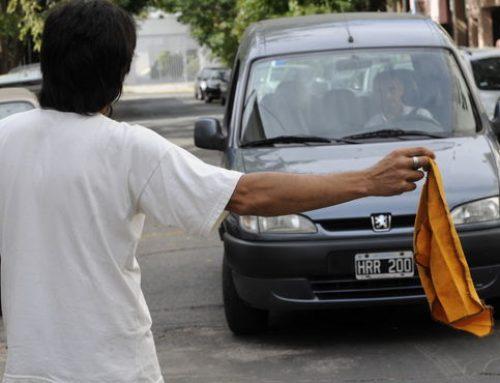 """Prohibieron a """"limpiavidrios"""" y """"cuidacoches"""" en la Ciudad de Buenos Aires"""