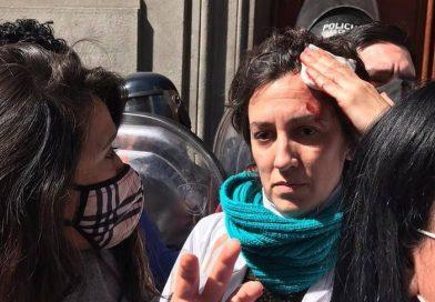 Enfermeros denunciaron que fueron agredidos por la Policía en las puertas de la Legislatura porteña